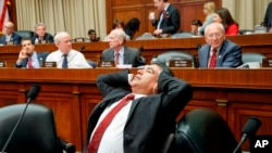 """Después de trabajar durante la noche, el miembro del Comité de Comercio y Energía de la Cámara de Representantes, Tony Cárdenas, se extiende mientras los miembros del comité discuten los detalles del proyecto de ley de reemplazo """"Obamacare"""" el jueves 9 de marzo de 2017."""
