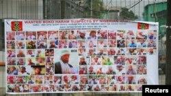 រូបភាពឯកសារ៖ រូបថតជនសង្ស័យរបស់សមាជិកក្រុម Boko Haram ដែលគេកំពុងតាមចាប់ខ្លួនត្រូវបានដាក់បង្ហាញនៅលើបដាតាមផ្លូវមួយនៅ Yenagoa ប្រទេសនីហ្សេរីយ៉ាកាលពីថ្ងៃទី១៩ ឧសភា ២០១៦។