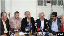 Para aktivis oposisi kelompok Perubahan Demokratik Nasional dalam pertemuan hari Minggu di ibukota Damaskus (18/9).