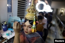Dancers get ready backstage before a performance of masked theater known as Lakhon Khon in Cambodia. Picture taken November 7, 2018. (REUTERS/Athit Perawongmetha)