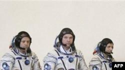 Следующий экипаж, который полетит к МКС на российском корабле «Союз» (слева направо): американский астронавт Рон Гарэн и российские космонавты Александр Самокутяев и Андрей Борисенко. 5 марта 2011 г.