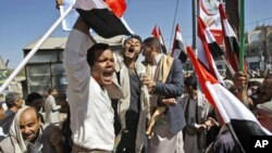 Supporters of the Yemeni government react during clashes with anti-government demonstrators, in Sanaa, Yemen, February 17, 2011