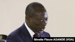 Patrice Talon recevant le rapport des mains du président de la commission, le ministre de la justice Joseph Djogbenou.