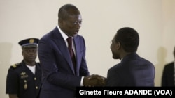 Patrice Talon recevant le rapport des mains du président de la commission, le ministre de la justice Joseph Djogbenou le 28 juin 2016. (VOA/Ginette Fleure ADANDE)