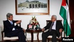 Presiden Palestina Mahmoud Abbas (kanan) menerima kunjungan Menlu AS John Kerry di Ramallah, Tepi Barat hari Minggu (7/4).