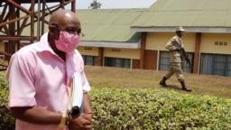 FILE - Paul Rusesabagina akifikishwa mahakamani mjini Kigali, Rwanda, Sept. 25, 2020.