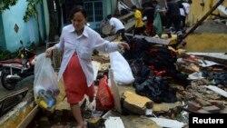 Người dân tỉnh Quảng Nam thu nhặt đồ đặc từ nhà cửa bị đổ nát vì bão Nari, ngày 15/10/2013.