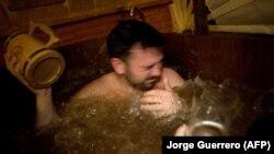 Orang-orang mandi di Beer Spa of Spain pertama yang dibuka di Granada, Spanyol selatan, pada 13 Februari 2018. (Foto: AFP/Jorge Guerrero)