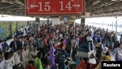 بھارتی دارالحکومت نئی دہلی کا مسافروں سے کھچا کھچ بھرا ریلوے اسٹیشن