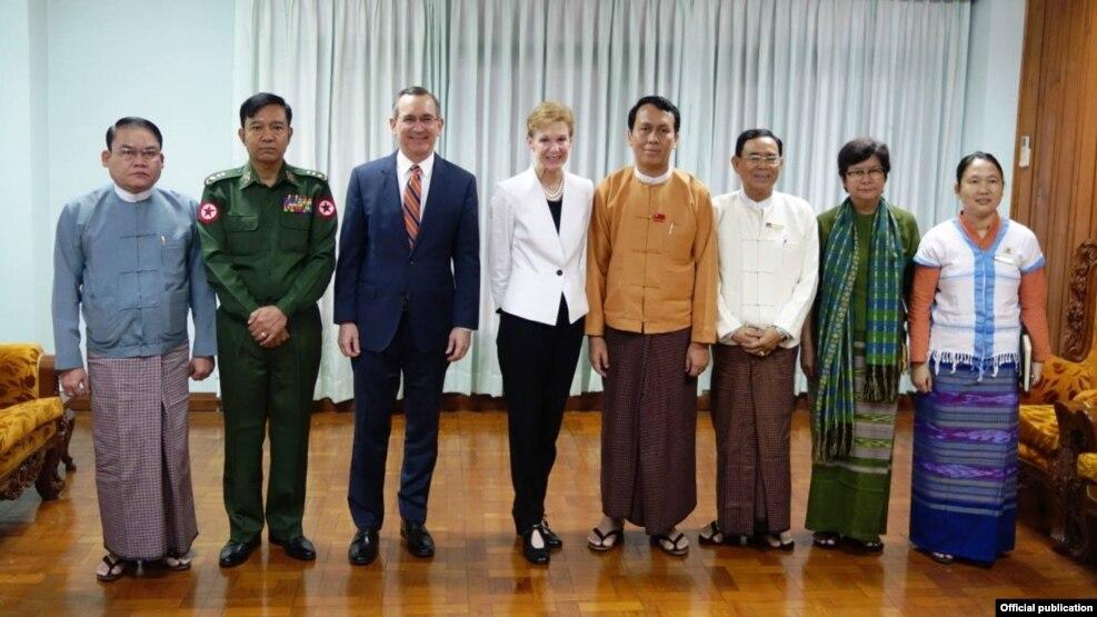 အေမရိကန္ႏုိင္ငံျခားေရးဝန္ႀကီးဌာန အၾကံေပးပုဂၢဳိလ္ ခရစၥတီး ကင္န္နီ ႏွင့္ သံအမတ္ႀကီး မာစီရယ္လ္တုိ႔သည္ ရန္ကုန္တုိင္းေဒသႀကီး ဝန္ႀကီးခ်ဳပ္ ဦးၿဖဳိးမင္းသိန္းႏွင့္ ေတြ႔ဆုံခဲ့ (U.S. Embassy Rangoon)