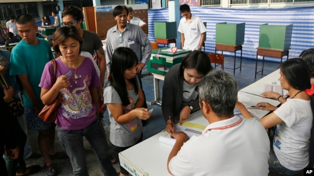 Thai voters wait in queue to cast ballot for the general election at a polling station in Bangkok, Thailand, Feb. 2, 2014.