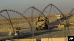 Konvoya dawî ya artêşa Amerîkî li Îraqê derbazî Kuweytê dibe, Yekşem, 18'ê meha 12, 2011.