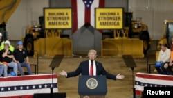 Prezidan Donald Trump ki tap anonse li pral wete sòlda ameriken yo nan Siri anvan lontan nan yon diskou li fè jedi 29 mas la nan Lokal 18 Kan Dantrènman Richfield la, vil Richfield, Eta Ohio, (Foto: REUTERS/Yuri Gripas).