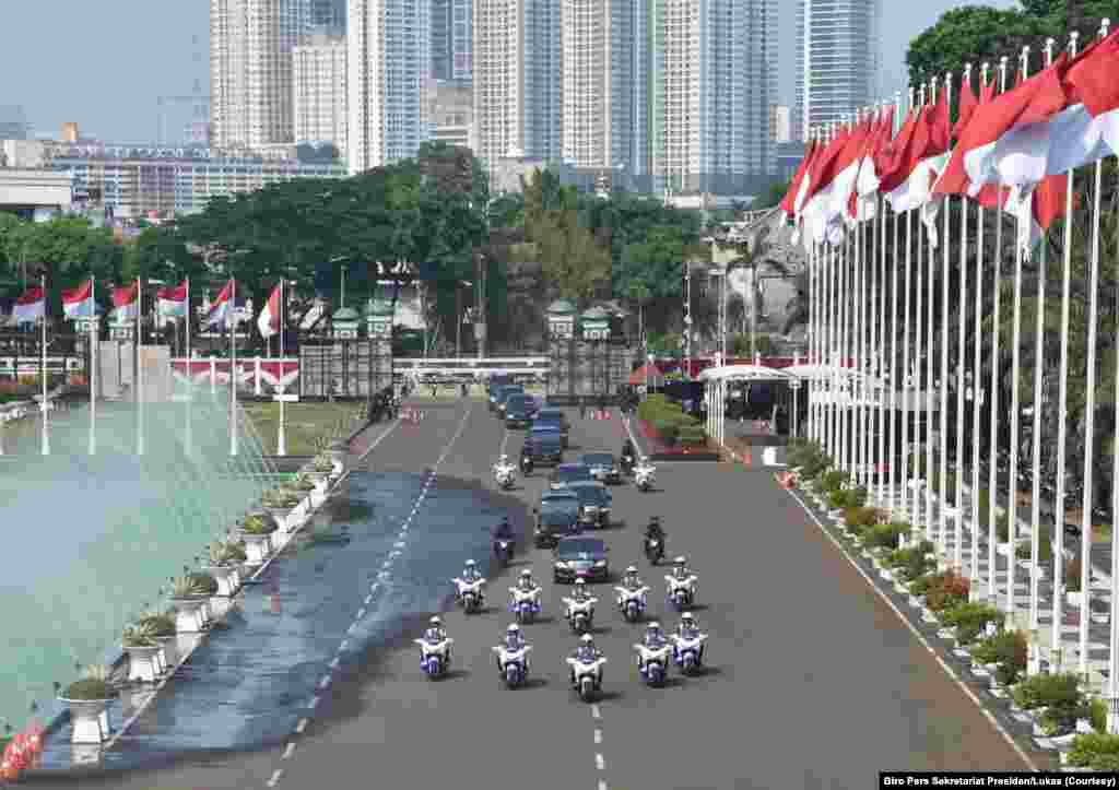 Iring-iringan Presiden RI terpilih periode 2019-2024, Jokow Widodo, ketika memasuki Gedung DPR RI