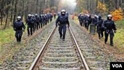 Polisi Jerman menyingkirkan ribuan demonstran yang berusaha menghambat rute perjalanan truk-truk pengangkut 123 ton limbah nuklir.