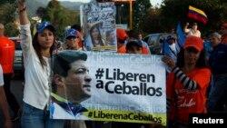 Patricia de Ceballos (izquierda), durante una manifestación pidiendo la liberación de su esposo en 2014.