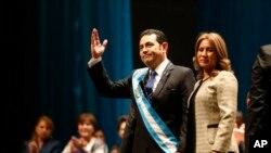 El nuevo presidente de Guatemala, Jimmy Morales, saluda al público acompañado de su esposa Hilda Marroquín, después de haber sido juramentado en el cargo. Enero 14, 2016.