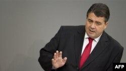 Bộ trưởng Kinh tế Sigmar Gabriel bác bỏ lời kêu gọi của một số nước khác trong khu vực đồng euro rằng Đức nên từ bỏ nỗ lực thắt chặt chi tiêu chính phủ