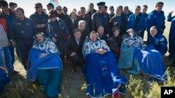 Роман Романенко, Томас Машбёрн и Крис Хадфилд после приземления. 14 мая 2013г.