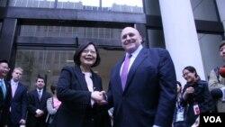 2015年6月,台湾民进党主席蔡英文与前美国副国务卿阿米蒂奇会面 (美国之音钟辰芳拍摄)