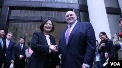 时任民进党主席的蔡英文与前美国副国务卿阿米蒂奇会面 (美国之音钟辰芳拍摄 2015年4月5日)