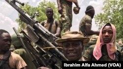 Sojojin Najeriya a tsaye kusa da wata mota mai dauke da bindiga da aka kwato daga hanun 'yan Boko Haram