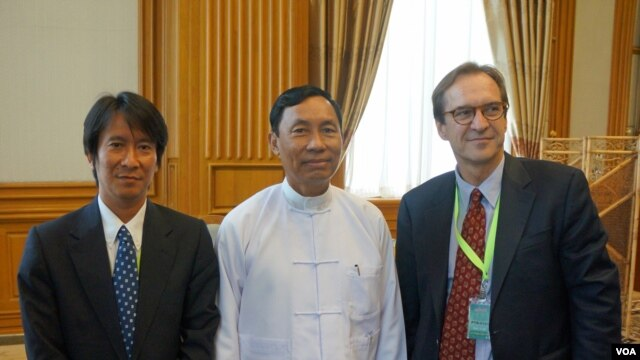 VOA Director David Ensor (right) with the speaker of parliament, Thura U Shwe Mann (center) on Monday, June 4, 2012. VOA Burmese service chief Lwin Htun Than (left) (Photo VOA)