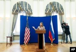 2015年5月18日,美国助理国务卿维多利亚·纽兰在美国驻莫斯科大使官邸召开记者会