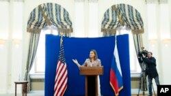 Trợ lý Ngoại trưởng Hoa Kỳ Victoria Nuland nói chuyện tại một cuộc họp báo ở Moscow, Nga, 18/5/15