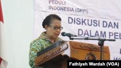 Menteri Pemberdayaan dan perlindungan Anak sedang berpidato tentang SDGs di kantor PKBI, Jakarta, Senin (15/2). (VOA/Fathiyah)