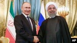 Presiden Rusia Vladimir Putin (kiri) menerima kunjungan Presiden Iran Hassan Rouhani di Moskow, Selasa (28/3).