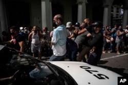 Polisi wakimshikilia muandamanaji anayepinga serikali, Havana, Cuba, Jumapili Julai 11, 2021. (AP Photo/Ramon Espinosa)