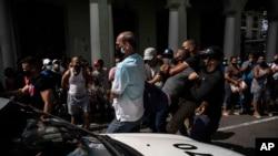 Policija pritvara antivladine demostante u Havani, Kuba, 11. juli 2021.