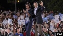 Michelle Obama mendampingi Presiden Obama saat berkampanye di Ohio State University di Columbus, negarabagian Ohio.