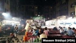 سہراب گوٹھ پر واقع ایک افغانی طرز کا ہوٹل اور لوگوں کا روایتی انداز