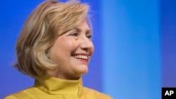 Hillary Clinton mengumumkan program bernilai 600 juta dollar untuk membantu anak-anak perempuan di seluruh dunia masuk SMP pada pertemuan tahunan Clinton Global Initiative di New York, Rabu, (24/9)