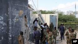 Amasanamu ya kera y'abasirikare ba Somaliya bahagaze hafi y'inyubakwa yasambuwe n'igitero c'umwiyahuzi i Mogadishu, itariki 18/09/2016.