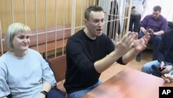 Thủ lãnh đối lập Alexei Navalny tại tòa án ở Moscow hôm 27/3, một ngày sau khi ông bị bắt tại cuộc biểu tình chống tham nhũng (ảnh từ video 27/3/2017).