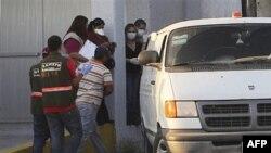 Nhân viên pháp y Mexico chuyện các thi thể lên một chiếc xe tải tại bang miền bắc Tamaulipas gần biên giới với Hoa Kỳ