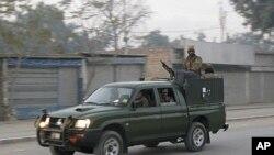 Tentara militer Pakistan tengah berpatroli di jalanan kota Bannu (Foto: dok). Lima orang polisi dan tiga warga sipil dilaporkan cedera saat bom meledak di kota ini, Selasa (4/12).