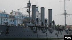 停泊在圣彼得堡涅瓦河上的阿芙乐尔巡洋舰。作为十月革命象征的这艘军舰去年已被拖走,目前在船厂中修理。(美国之音白桦拍摄)