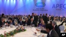 Tổng thống Nga Vladimir Putin (chính giữa) và Ngoại trưởng Mỹ Hillary Clinton (thứ tư từ phải qua) trong một buổi tiếp khách tại hội nghị thượng đỉnh APEC ở Vladivostok, 8/9/2012