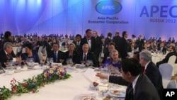 Tổng thống Nga Vladimir Putin (giữa) và Ngoại trưởng Mỹ Hillary Rodham Clinton tham dự một buổi tiếp tân tại hội nghị thượng đỉnh APEC tại Vladivostok, ngày 8/9/2012