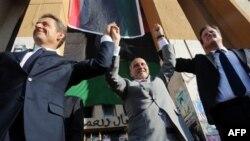 Dvojica zapadnih lidera, francuski predsednik Nikola Sarkozi (levo) i britanski premijer Dejvid Kameron (desno) bili su prvi visoki zvaničnici koji su doputovali u Libiju i sastali se sa predsednikom Prelazne nacionalne vlade Mustafom Abdul Džalilom (cent