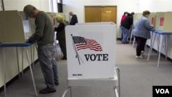 Para pemilih AS yang memberikan suara lebih awal di Omaha, Nebraska, Jumat, 29 Oktober 2010.
