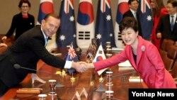 박근혜 한국 대통령(오른쪽)과 토니 애벗 호주 총리가 지난 4월 청와대에서 열린 정상회담에서 악수하고 있다.