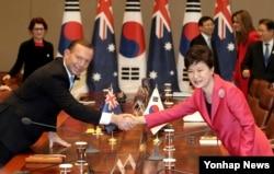2014年4月8日澳大利亚总理艾伯特(左)与韩国总统朴槿惠握手