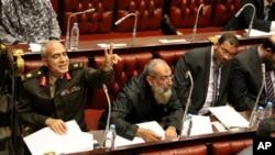 Các thành viên của hội đồng hiến pháp tham dự một phiên họp để biểu quyết bản soạn thảo cuối cùng của hiến pháp mới ở Cairo, Ai Cập, 29/11/2012. (AP Photo/Mohammed Abu Zaid)