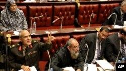 Para anggota Dewan Konstituante Mesir melakukan pemungutan suara atas sebuah rancangan konstitusi baru yang kontroversial, Kamis (29/11).