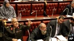 Para anggota Dewan Konstituante Mesir mempertahankan hukum Islam sebagai sumber utama undang-undang dasar dalam voting hari Kamis (29/11).